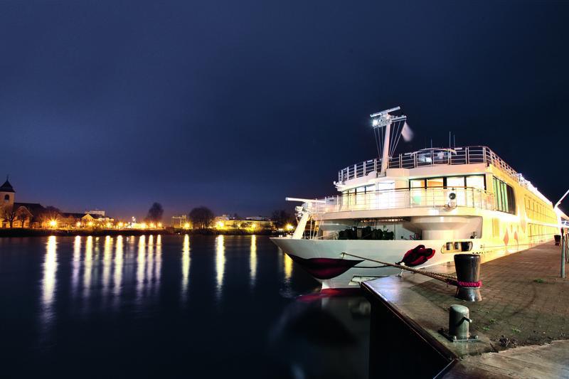 A ROSA Schiff bei Nacht am Kai | RHN25600