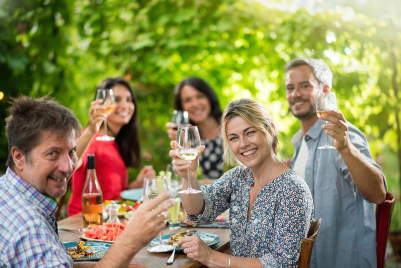 Gruppe Menschen bei Essen mit Weinglaesern c jackfrog fotolia 134342251 | DUK10310