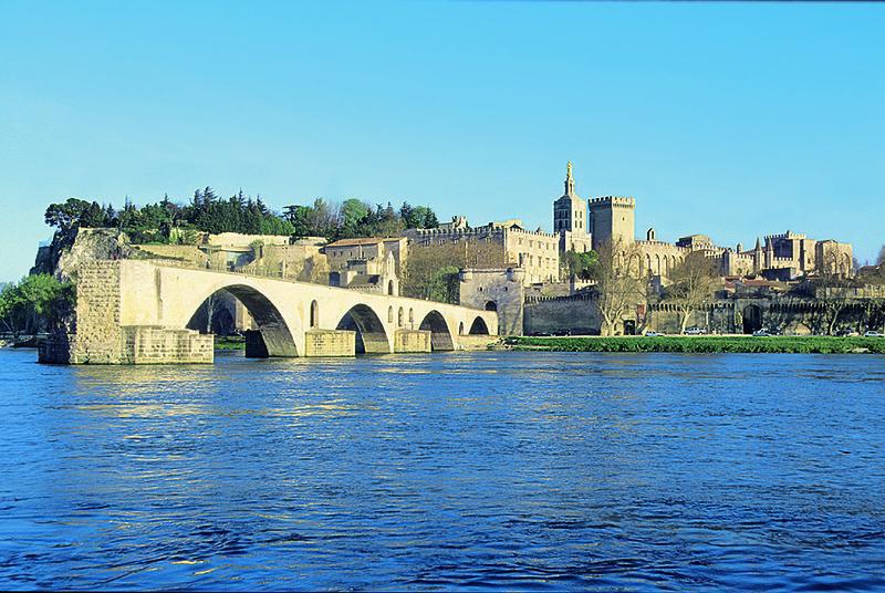 Avignon Ihr A ROSA Schiff ankert mit Blick auf den Papstpalast | RHO18800