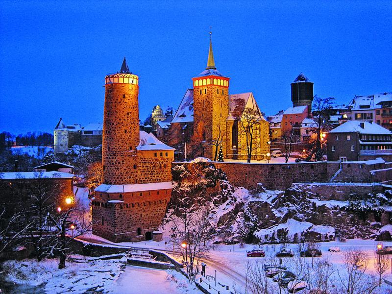Deutschland Bautzen weihnachtlicher blick von der friedensbruecke auf bautzens verschneite altstadt