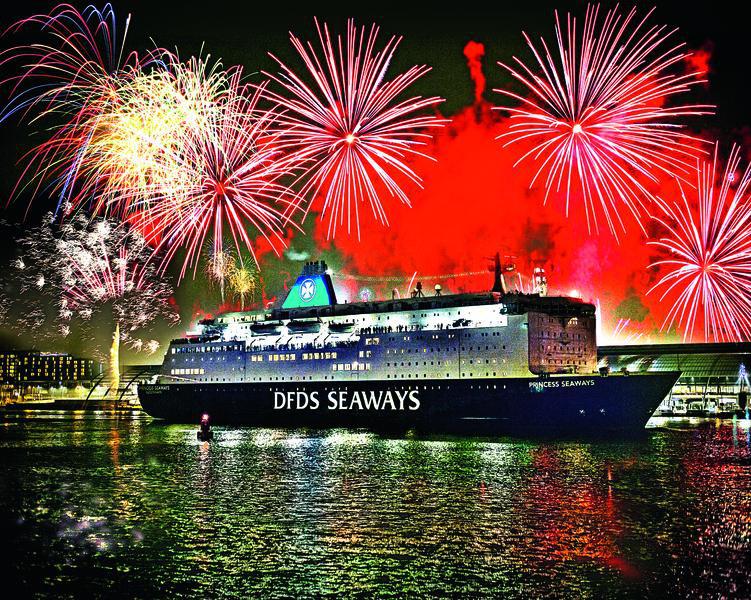 DFDS Schiff mit Feuerwerk 1 | AMS12300