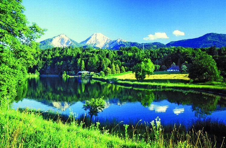 Oesterreich Kaernten Verschneite Berge mit See | KRN10700